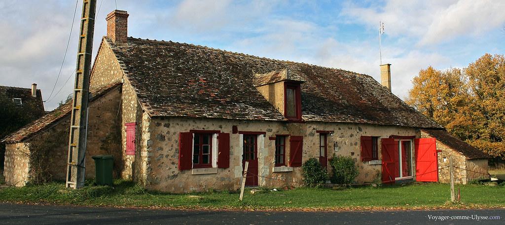 Une maison de la région. Notez la pierre, et surtout le toit.