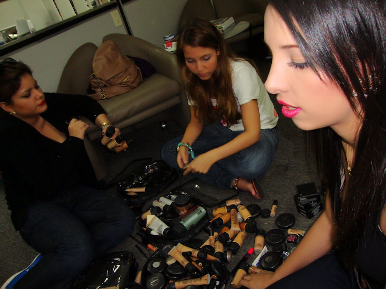 Arreglando maquillaje para Fashion Week Love