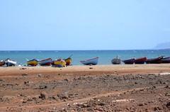Fischerboote in Reihe I (Luiz Edvardo) Tags: colors boats colours boote bunt caboverde kapverde saovicente fischerboote kapverdischeinseln salamansa bunteboote baiadesalamansa