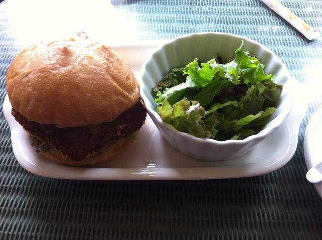 ハンバーガーとサラダのフリー写真素材