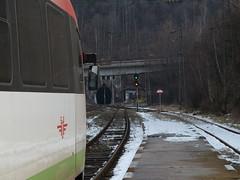 Einfahrt in den Eisenbahn-Tunnel bei Kopriwschtiza