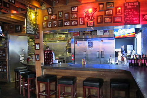 Blue Dog Beer Tavern: Interior