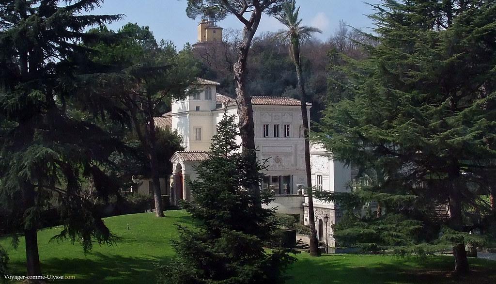 Voici la maison idéale, en pleine ville, mais avec un grand parc privé, au soleil…
