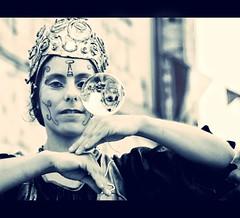 Cuntame el futuro del revs (Leonorgb) Tags: woman canon mujer leo femme bn reflejo mercadomedieval cantabria sanvicentedelabarquera boladecristal