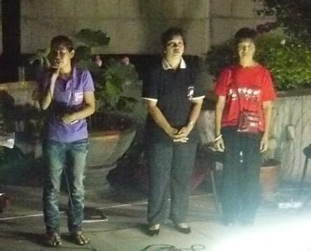 ผู้ได้รับรางวัล (จากซ้ายไปขวา) ตัวแทนสหภาพแรงงานไทรอัมพ์ฯ-พเยาว์-ผุสดี