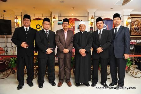 Pengurus Saluran Astro Oasis, Tuan Hj Izelan Basar bersama mudir dan mursyid-mursyid Imam Muda musim yang ke-2