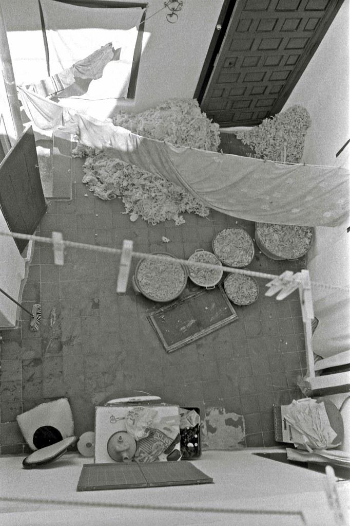Colchón de lana puesto a airear en Toledo hacia 1967. Fotografía de John Fyfe