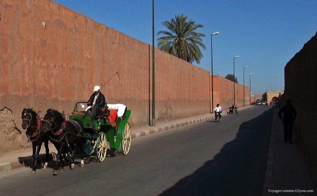 Coté intérieur : une route longe les 19 kms de remparts qui entourent la medina de Marrakech