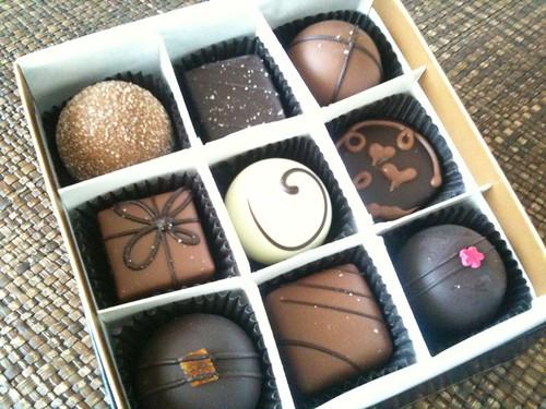 いただき物のチョコでカフェタイム。アメリカのMoonstruck chocolateというメーカーのものらしい。1粒がかなり大粒w。味は思ったより上品で甘さ控え目ですね。
