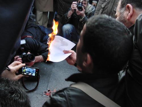Quemando retrato de Gadafi y cámaras tirando fotos