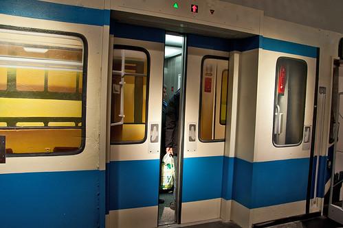Vorsicht an den Türen, der Auf-Zug fährt ab!