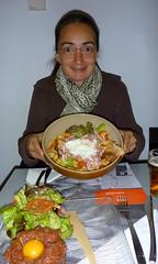 Anne découvre sa salade… avec son saladier