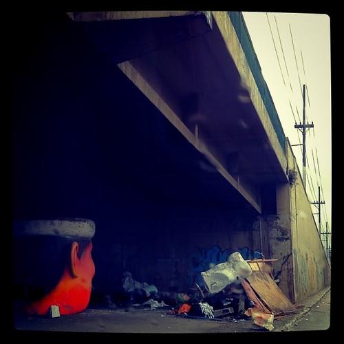 E os restos da festa nos viadutos da cidade...