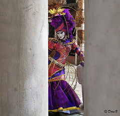 Venice Carnaval 2011 _Hiding and posing (Dora Joey) Tags: venice mask carnaval venise carnevale venezia venedig mademoiselle terasse eventi masques karnaval maschere veneto terrazza deguisement travestimento carnavalvnitien deguisements venicecarnaval2011 atmosferaveneziana ambiancevenitienne