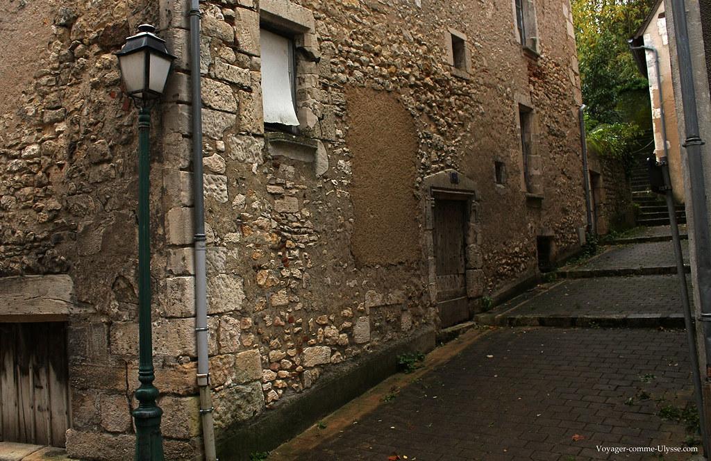La ville est construite sur une colline, d'où les escaliers entre les maisons