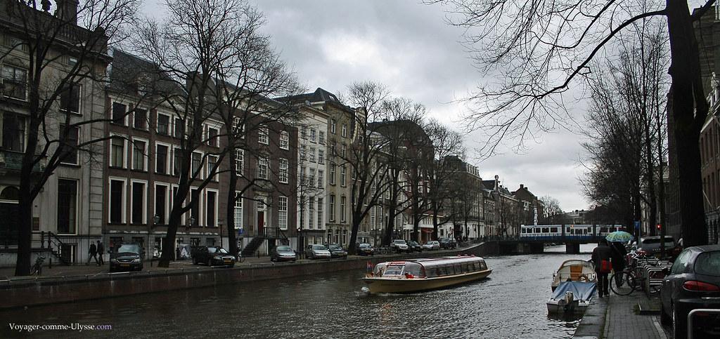 Les bateaux-mouche sillonnent les cours d'eau amstellodamois