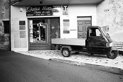Antica Bottega (Svend RS) Tags: noiretblanc streetphotography leica m9 summicron asph 28mmf20 wideangle 28mm vespa ape tricycle shop vehicle