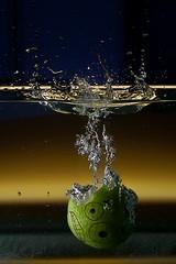 splash! (ultrazappy -_-) Tags: water canon reflections splash acqua acquario oggetti mela splashdown schizzo schizzi oggetto 40d spalshdown