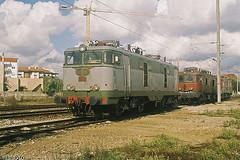 LE 2501 | Entroncamento (Fábio-Pires) Tags: portugal electric train locomotive cp 2500 comboio ferrovia locomotiva eléctrica entroncamento 2501 cp2500 linhadonorte cpcarga terminalintermodal groupement50hz tracçãoeléctrica cp2501