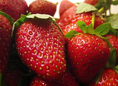 strawberry (DLo3t 2boha) Tags: اخضر canong11 2011redstrawberryأحمرcanonفرواله
