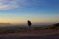 Hikingharry vor dem Meer am Horizont