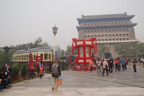 Zhengyangmen mit Strassenbahn und chinesischem Pavillion