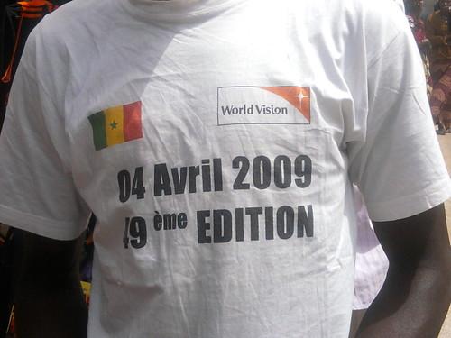 Un citoyen avec le T-shirt du 49ème anniversaire de l'indépendance