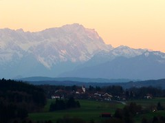 Ergertshausen (Claude@Munich) Tags: mountain mountains alps germany bayern bavaria evening spring oberbayern upperbavaria bad alpen frhling zugspitze abendstimmung abends fhn wetterstein prealps ludwigshhe claudemunich fernsicht egling wettersteinrange tlzwolfratshausen ergertshausen