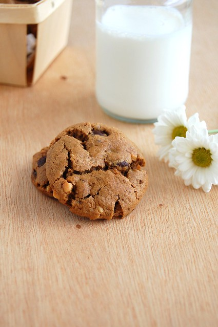 Flourless peanut butter and chocolate chip cookies / Cookies de manteiga de amendoim e gotas de chocolate (sem farinha)