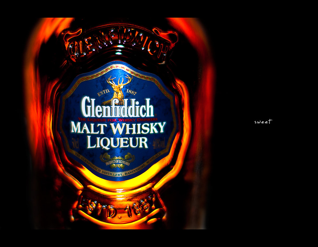 Project 365, 263/365, Day 263, strobist, bokeh, glow, Glenfiddich, whisky, malt whisky liqueur, whiskey, on black, black background, Sigma 50mm F1.4 EX DG HSM, 50mm, 50 mm,