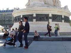 PLACE DE LA RPUBLIQUE (marsupilami92) Tags: frankreich france ledefrance paris 75 10emearrondissement pyramidedechaussures baskets pyramidofshoes sneakers handicapinternational placedelarpublique socle statue