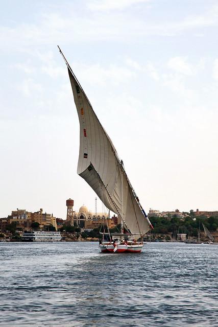 エジプト アスワン ファルーカでナイル川クルーズ