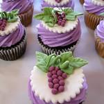 fondant-winery-themed-grape-leaves-wine-cupcakes.jpg
