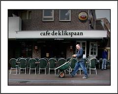 Straat (Theo Kelderman) Tags: street city man holland netherlands nederland zandvoort stad straat mensen kruiwagen 2011 theokeldermanphotography cafdeklikspaan