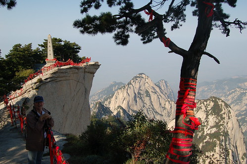 Der Westgipfel hat die steilsten Klippen. Die roten Schleifen sollen den Besuchern Glück bringen.