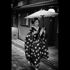 (Masahiro Makino) Tags: blackandwhite bw japan umbrella photoshop canon eos 50mm kyoto kiss sigma maiko adobe 京都 日本 f18 raincoat 傘 lightroom x3 miyagawacho 10月 fukuya 合羽 舞妓 宮川町 ふく哉 あとで 20110407 20101008170954canoneoskissx3ls640p