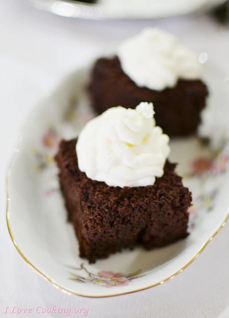 Torta morbida al cioccolato con panna