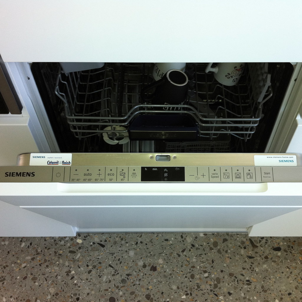 Bi-Therm ecoPLUS dishwasher with hot water supply