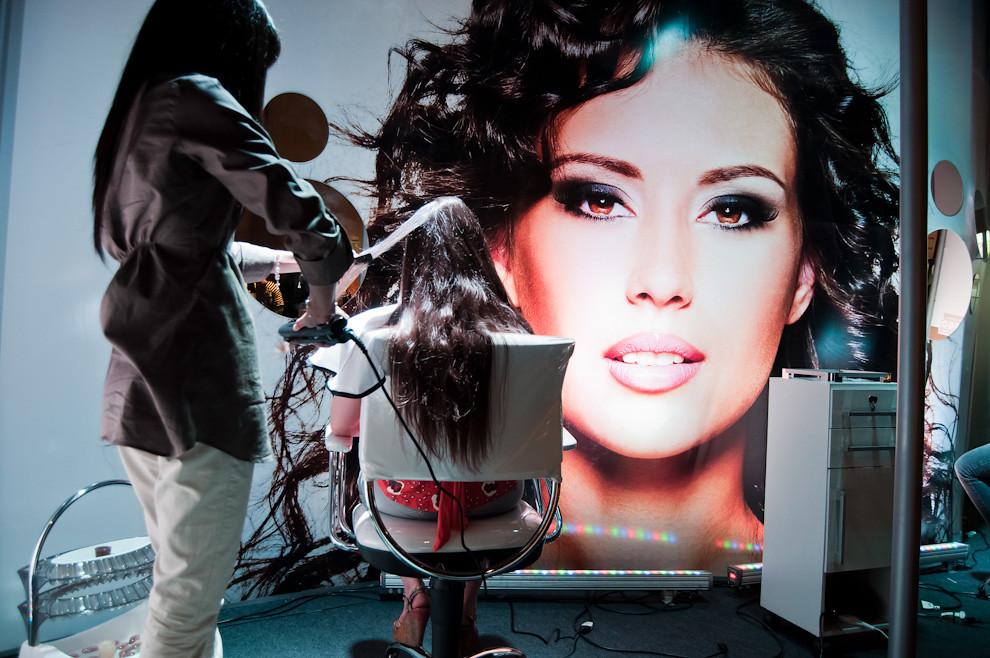 Un stand de peluquería en el showroom del Asuncion Fashion Week recibe al publico durante las pausas para realizar peinados mientras esperan el próximo desfile de la noche. (Elton Núñez - Asunción, Paraguay)