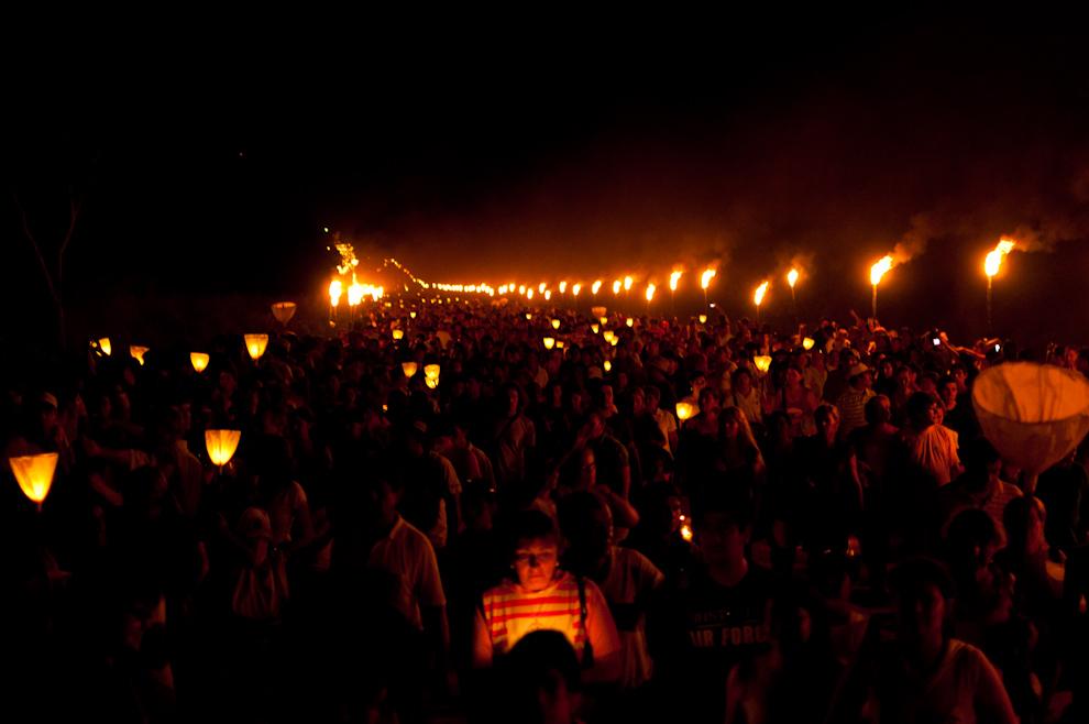"""Numerosos visitantes de todo el país participaron de la tradicional procesión. En este lugar, los Viernes Santos, al ponerse el sol, una gran procesión marcha con candiles encendidos, reviviendo uno de los más antiguos ritos, el canto y el """"jetopa"""" (encuentro) de los estacioneros. Unas 15.000 personas participaron de esta procesión llamada Yvága Rape (Camino del cielo) por el sendero iluminado con antorchas. (Elton Núñez - San Ignacio, Paraguay)"""