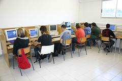 En la fotografía se puede ver a un grupo de alumnos/as frente a los ordenadores del aula de informática.