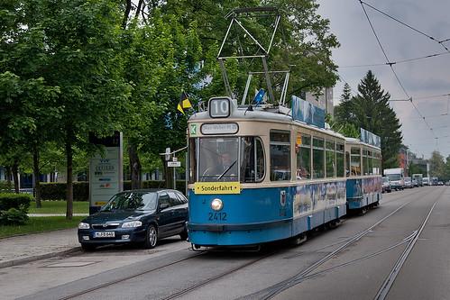 Selten sind Trambahnen durch die Aschauer Straße unterwegs. Wagen 2412 passiert hier den ehemaligen Gleiswechsel.