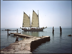 The Old Sailer (dacaccia) Tags: italien color analog atmosphere dia lagodigarda fujiprovia100 fujiga645zi puntasanvigilio flextight hasselbladx1