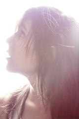 (Isabela Simo) Tags: light red portrait white verde green luz girl smile face branco contraluz model perfil retrato profile moda magenta terror sorriso afraid menina rosto fashio vermelhor haircabelo