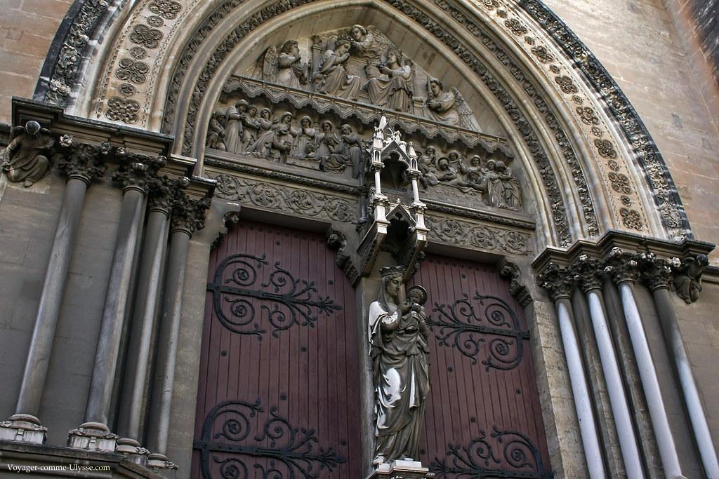 Tympan de porte, avec ses bas-reliefs