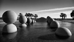 Esto no es Egipto (aunque podra serlo). (Enrique Moya Ortiz) Tags: vacation stilllife portugal water fountain landscape faro agua fuente balls paisaje palmeras bolas palmtrees algarve