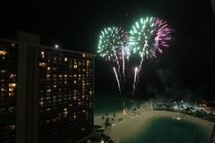 Duke Kahanamoku Lagoon Fireworks (Barto2) Tags: usa beach hawaii waikiki oahu fireworks lagoon rainbowtower hiltonhawaiianvilliage canoneos7d