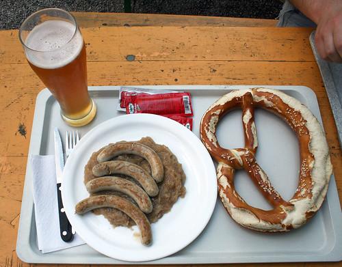 Schweinswürstel auf Kraut - Biergarten Flaucher