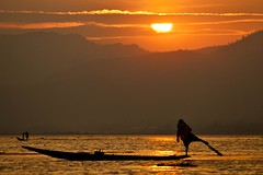 Inle lake sunset - Myanmar (David Michel) Tags: sunset canon boat eau burma leg lac bark rowing 5d inle 28 tamron 70200 rame pirogue jambe