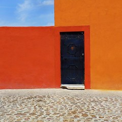 missing a piece (msdonnalee) Tags: door sky orange house building architecture mexico casa arquitectura puerta dom cobblestone mexique domicile minimalism maison minimalist stucco mexiko messico orangewall orangestucco photosfromsanmigueldeallende mexicancolornialarchitecture fotosdesanmigueldeallende